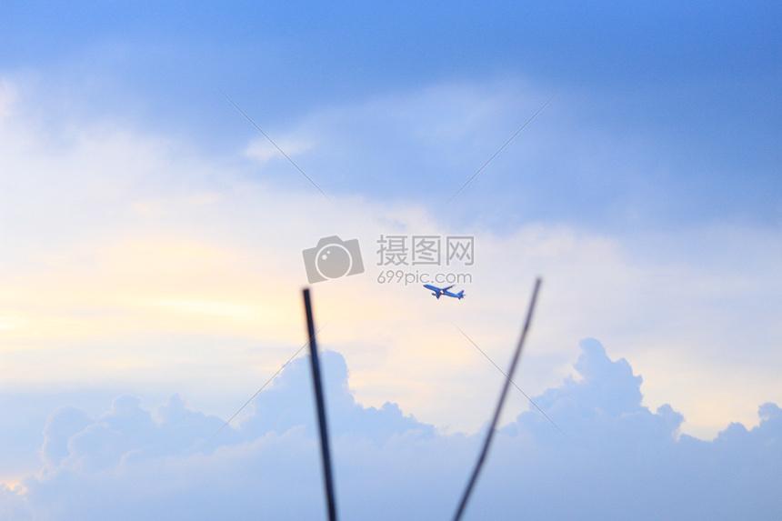 天空中的飞机图片