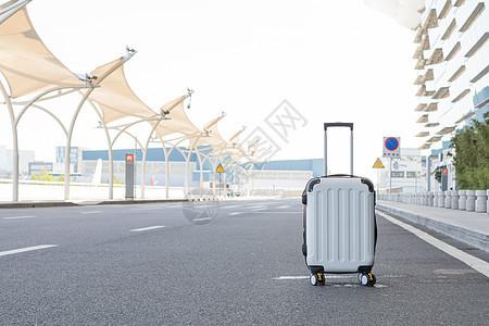 放在马路中间的白色行李箱图片