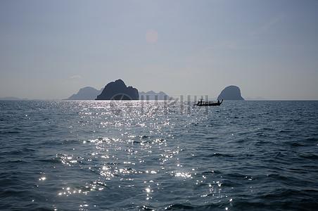 蔚蓝大海漂着的小船图片