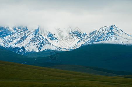 新疆雪山雪峰草原云雾图片