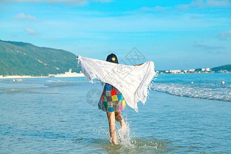 姑娘海边踏浪嬉戏图片
