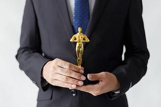 拿奖杯的商务人士图片