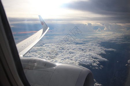 飞行在云端上飞机图片