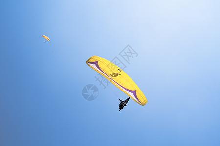 蓝天高空滑翔伞跳伞飞翔图片
