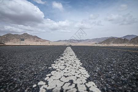 草原雪山公路图片
