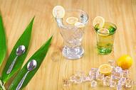 两大杯冰镇柠檬水图片