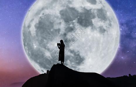 黑夜在星空月光月亮下看书学习读书剪影图片