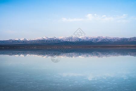 茶卡盐湖天空之镜山脉倒影图片
