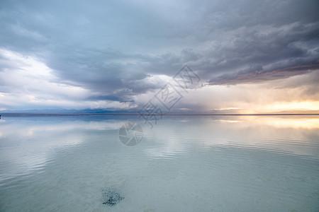 茶卡盐湖天空之镜倒影图片