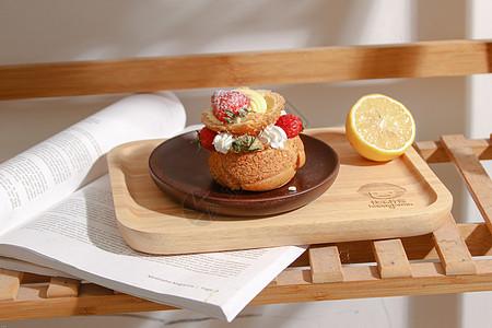 木质托盘上的美味甜点图片