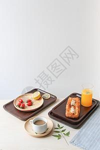 阳光下木质托盘上的甜点美食图片