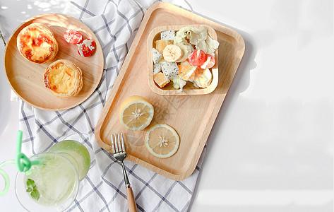 小清新阳光下的木质托盘与美食图片