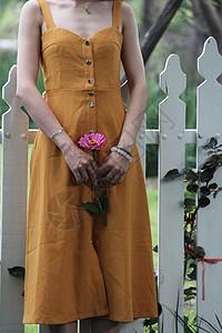 夏日橙色裙子女孩图片