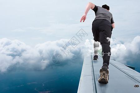 奔跑在机翼上的男人图片