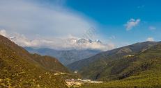 雪山下的村庄图片