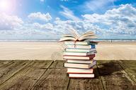 木板上的书籍图片