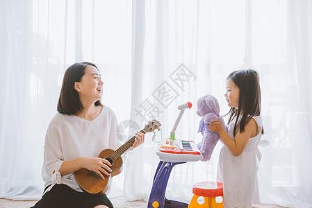 温馨家庭母女亲子游戏图片