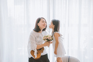温馨家庭女孩亲吻母亲图片