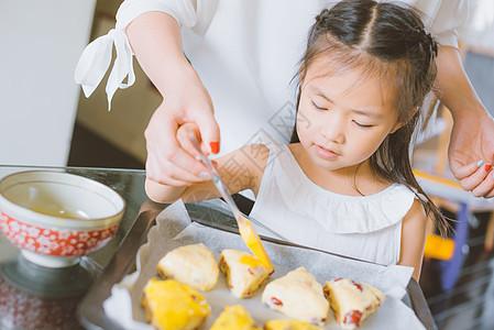 温馨家庭母女手工烘焙图片