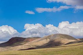 青藏线上的山丘和白云图片