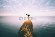 海边做瑜伽的人图片