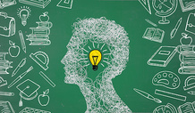 绿色黑板上的创意头脑风暴图片