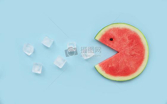 夏季清凉解暑喷冰块的西瓜图片