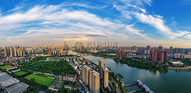 蓝天白云下的武汉城市高楼河滨全景图片