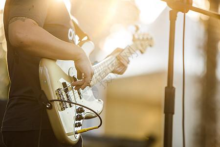 夕阳下的吉他特写图片
