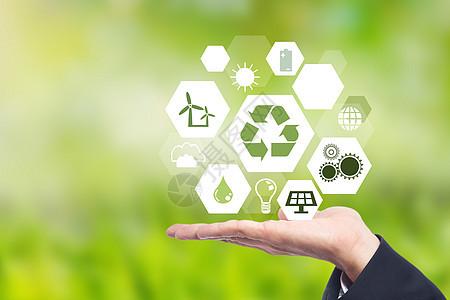 手举着不同绿色能源的标志图片
