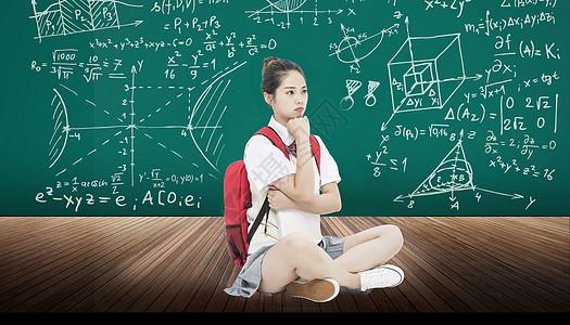 黑板前害怕数学几何课的女学生图片