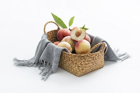 篮子中的桃子图片