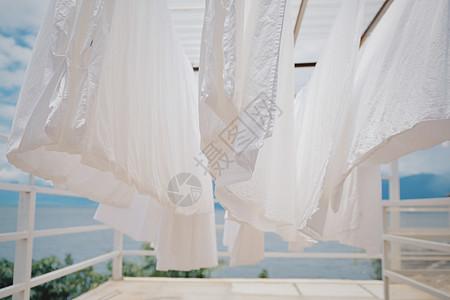 洱海天台上微风吹起的白色床单图片