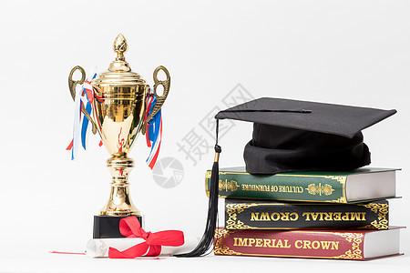 学士帽和冠军奖杯组合摄影图图片