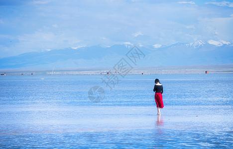 唯美的茶卡盐湖女性背影图片
