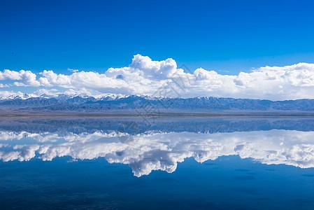 完美倒影下的茶卡盐湖图片