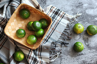 竹篮里的绿皮橘子图片