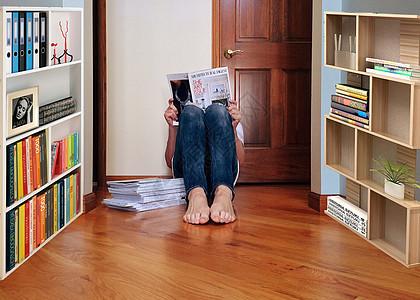 坐在书房地板上看书的人图片