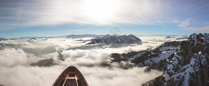 飞行在雾上的船图片