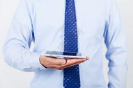 商务职业男性手持手机图片