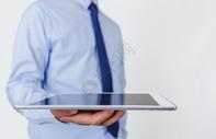 职业男性手持平板电脑图片