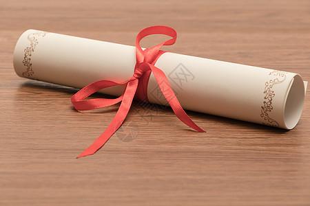 绑着红丝带的毕业证书图片