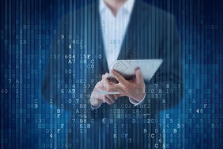 拿着平板电脑的商人在互联网上浏览数据图片