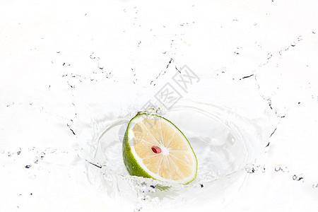 落入水中的柠檬图片