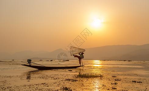 湖上的渔夫图片