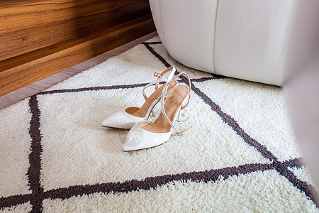 地毯上的白色高跟鞋图片