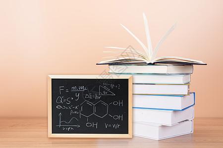 书本旁的小黑板图片
