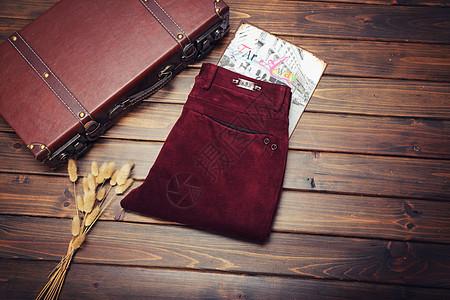 秋季出门装备裤子和箱子图片