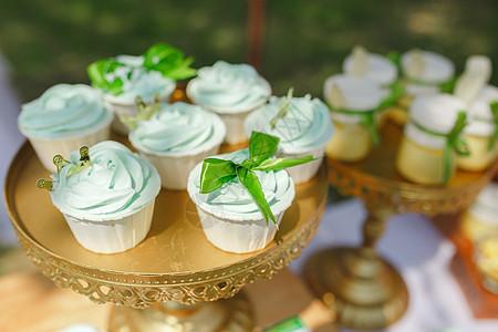 草地婚礼甜品区图片