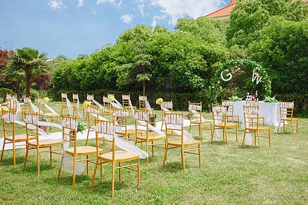 草地婚礼现场图片